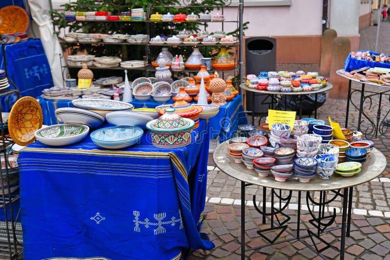 Dinnerware colorido fabricado localmente à venda durante o mercado tradicional de Natal na praça chamada 'Kornmarkt' em Heidelber fotos de stock royalty free