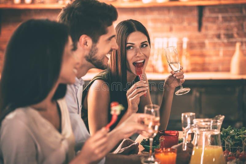Dinning με τους φίλους στοκ φωτογραφία με δικαίωμα ελεύθερης χρήσης