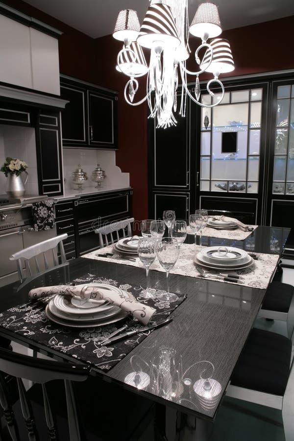 dinning самомоднейшей таблица служят комнатой, котор стоковые фотографии rf