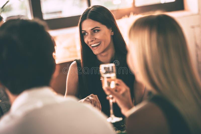Dinning con los amigos foto de archivo