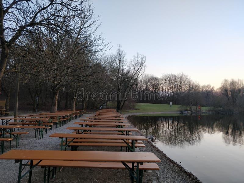 Dinningslijsten langs een rivierbank stock foto