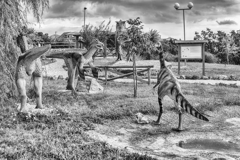 Δεινόσαυροι που χαρακτηρίζονται μέσα σε ένα πάρκο του Dino στη νότια Ιταλία στοκ φωτογραφία με δικαίωμα ελεύθερης χρήσης