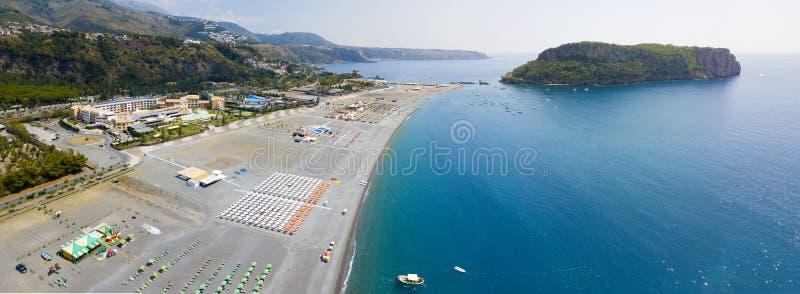 Dino Island, flyg- sikt, ö och strand, Praia en sto, Cosenza landskap, Calabria, Italien royaltyfria bilder