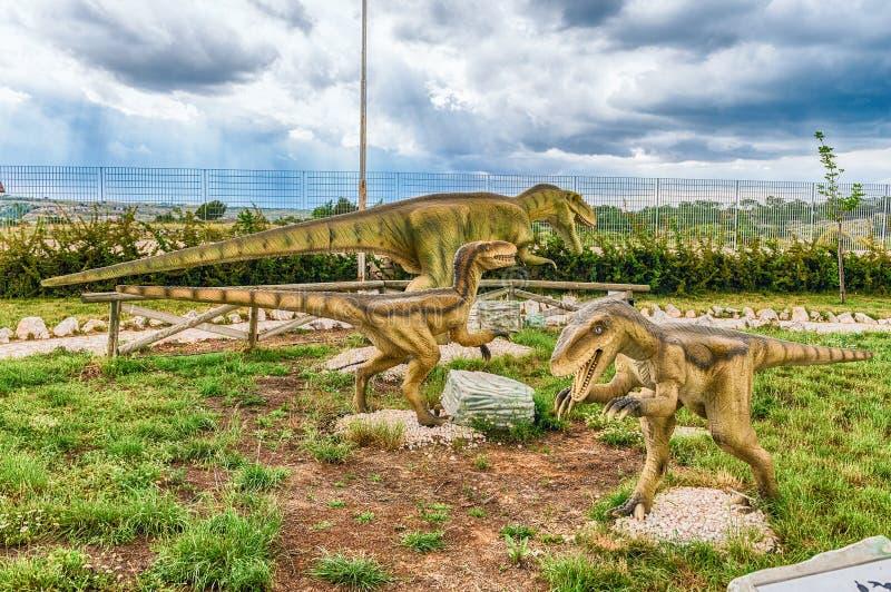 Δεινόσαυροι που χαρακτηρίζονται μέσα σε ένα πάρκο του Dino στη νότια Ιταλία στοκ εικόνες