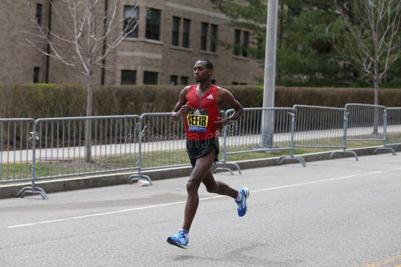 Dino Sefir Ethiopia springer i den Boston maraton som kommer i 8th med en tid av 2:14: 26 på April 17, 2017 royaltyfri fotografi
