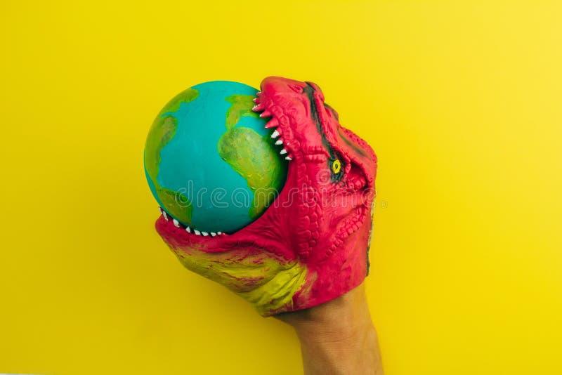 Dinosaur ogryza modela Ziemska planeta, pojęcie globalny kataklizm zdjęcie stock