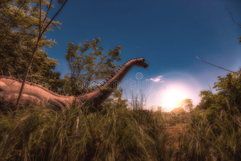 Dinosaur w Wysokiej trawie przy wschodem słońca zdjęcia royalty free