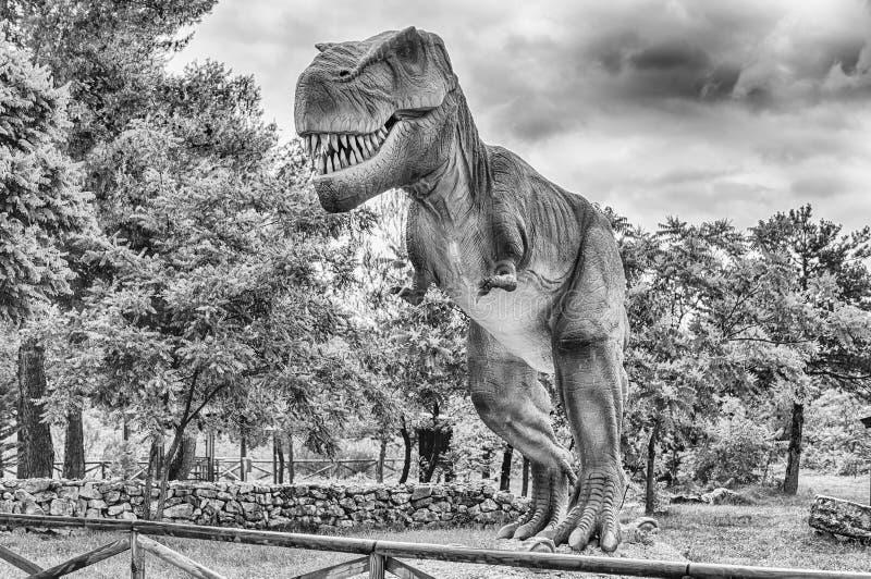 Dinosaure de Rex de tyrannosaure ? l'int?rieur d'un parc de Dino en Italie du sud photos libres de droits
