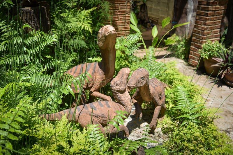Dinosaure de statue dans le jardin photo libre de droits