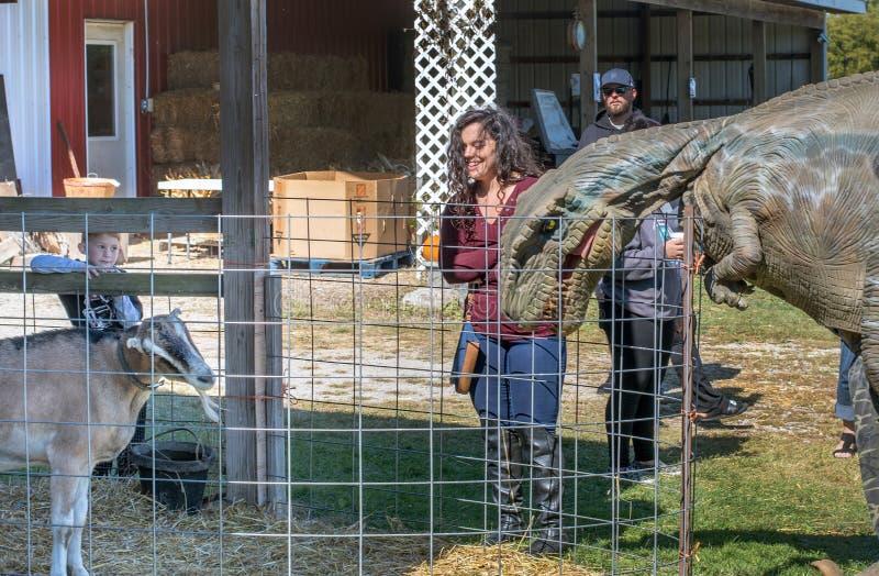 Dinosaure recherchant un déjeuner de chèvre photo libre de droits