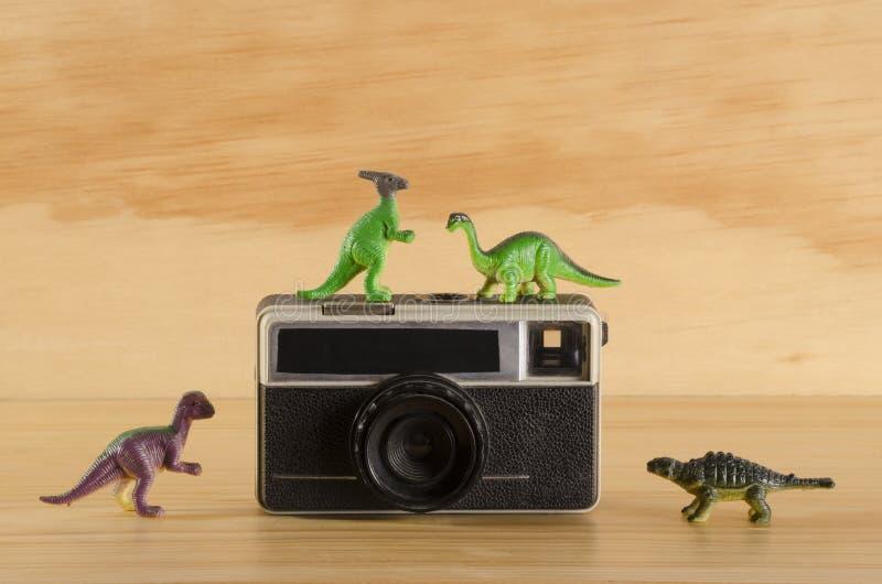 Dinosaures en plastique avec l'appareil-photo de vintage image libre de droits