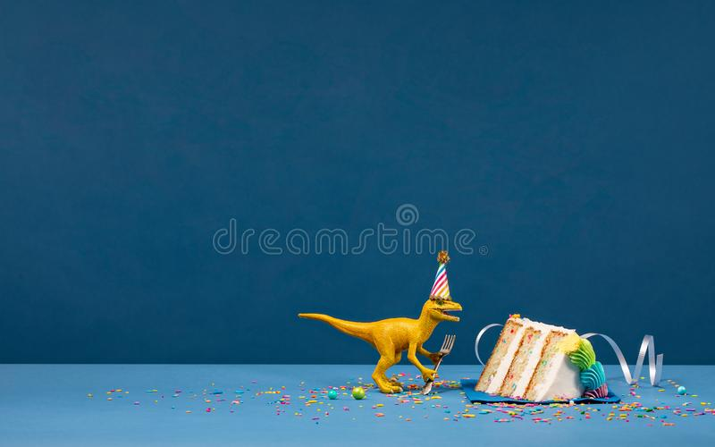 Dinosaurie och skiva av födelsedagkakan royaltyfria foton