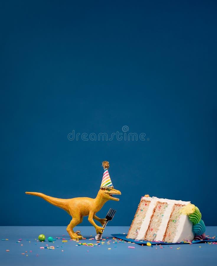 Dinosaurie och skiva av födelsedagkakan royaltyfri foto