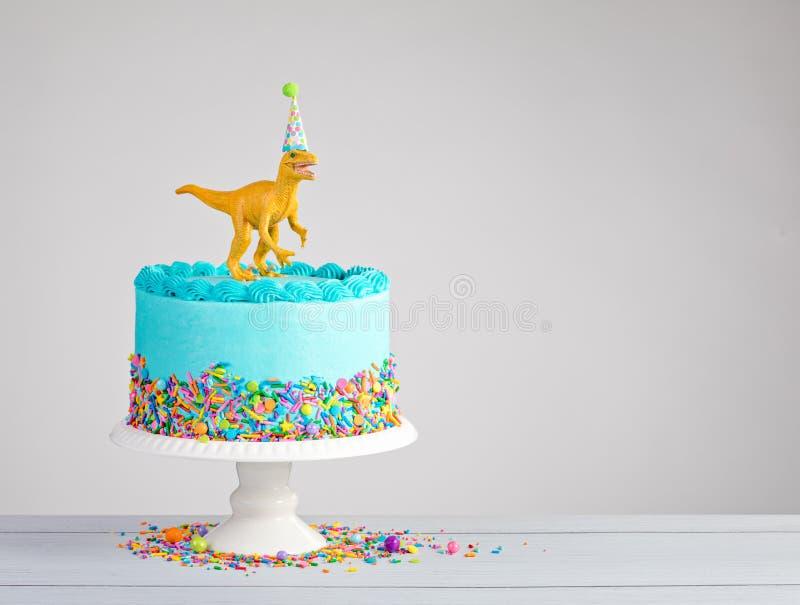 Dinosauriefödelsedagkaka royaltyfria bilder