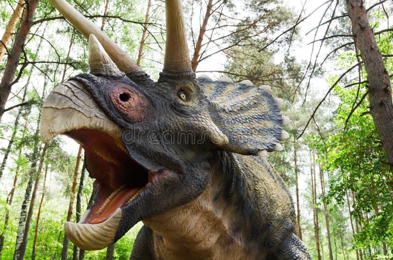dinosauriemodellen Triceratops i dinosaurie parkerar arkivfoton