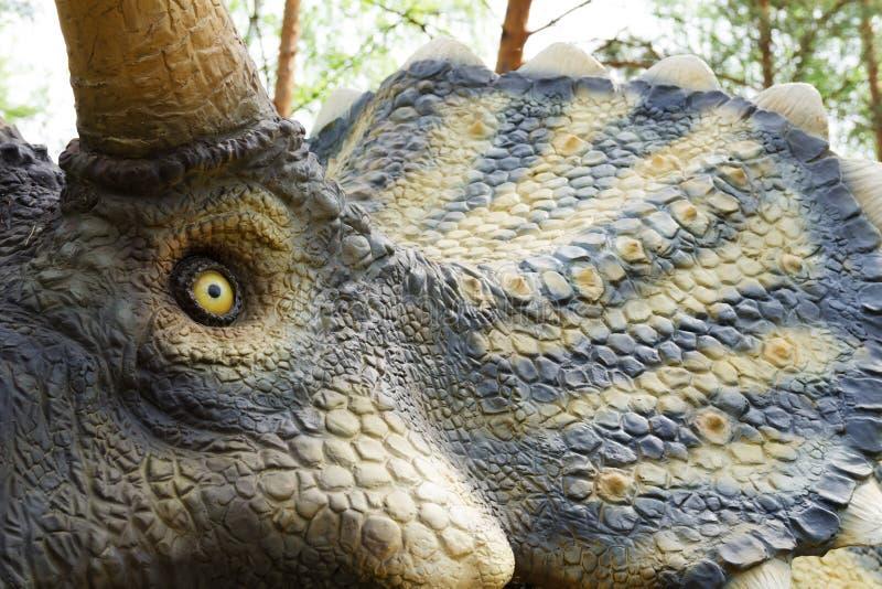 dinosauriemodellen Triceratops i dinosaurie parkerar fotografering för bildbyråer
