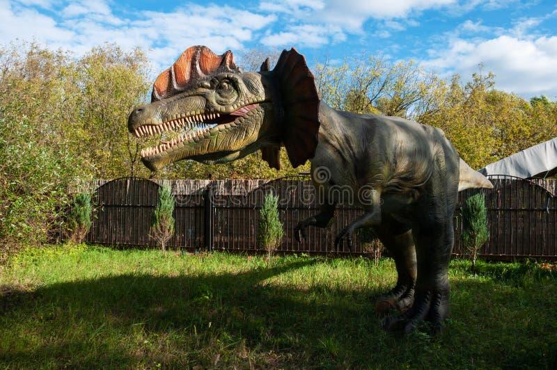 Dinosaurier Dilophosaurus Modell in der natürlichen Größe stockfotografie