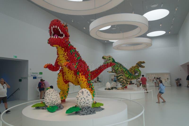 Dinosaurier som byggs av LEGO-tegelstenar, LEGO House, Billund, Danmark arkivbilder