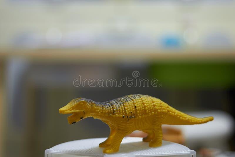 Dinosaurierspielzeugzahl auf Unschärfehintergrund lizenzfreie stockfotografie