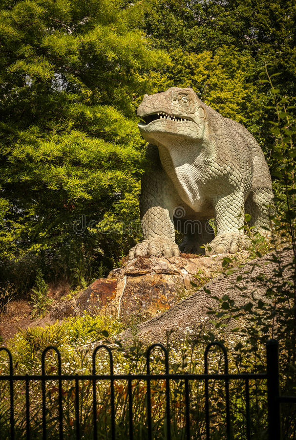 Dinosaurieskulptur royaltyfria foton