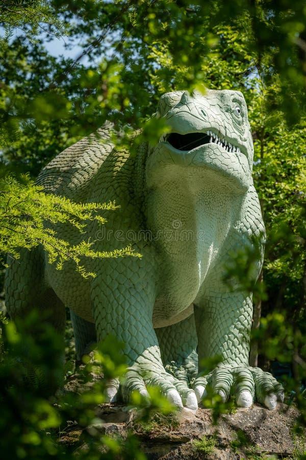 Dinosaurieskulptur i ett offentligt parkerar royaltyfria bilder