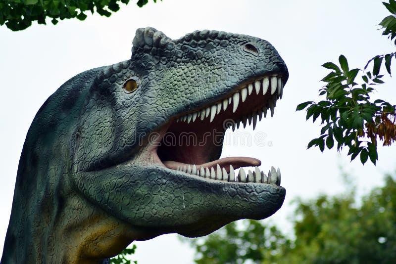Dinosauriestaty i parkera Fakultet av geologi, universitet av Warszawa royaltyfri foto