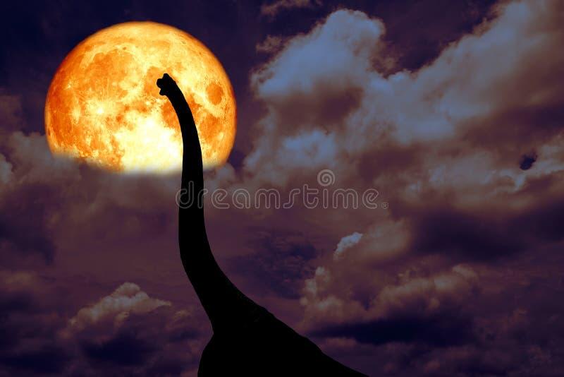 dinosaurio de la silueta de la parte posterior de la luna de la sangre en nube oscura del montón de la noche imagenes de archivo