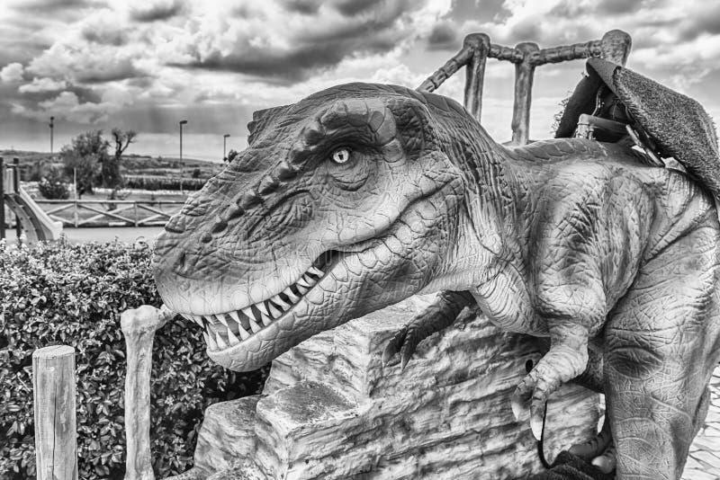 Dinosaurio de Rex del tiranosaurio dentro de un parque de Dino en Italia meridional foto de archivo