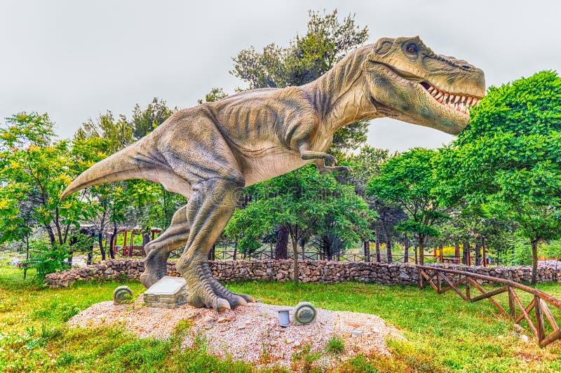Dinosaurio de Rex del tiranosaurio dentro de un parque de Dino en Italia meridional imágenes de archivo libres de regalías