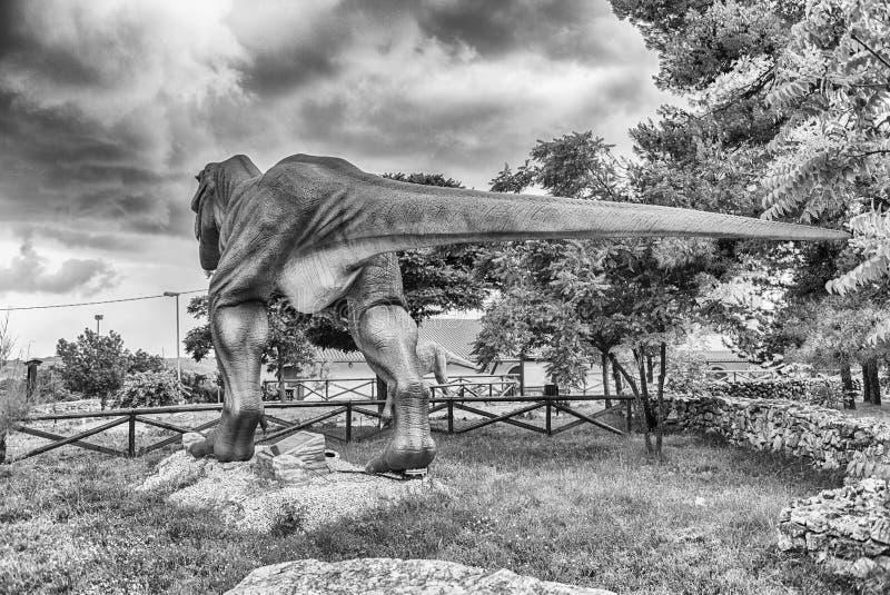 Dinosaurio de Rex del tiranosaurio dentro de un parque de Dino en Italia meridional fotos de archivo libres de regalías