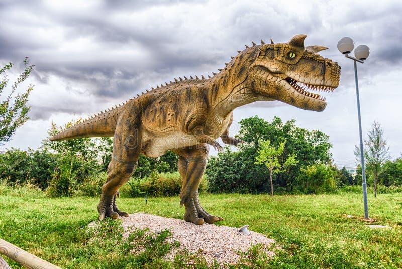 Dinosaurio del Carnotaurus dentro de un parque de Dino en Italia meridional imagen de archivo libre de regalías