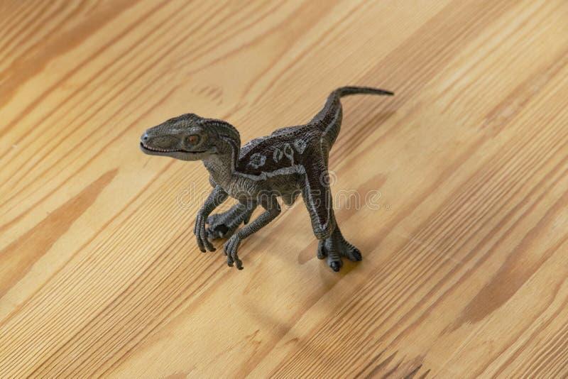 Dinosaurio despredador del juguete de los niños fotos de archivo