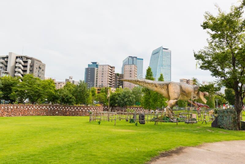 Dinosaurio en el parque imagenes de archivo
