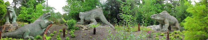 Dinosaurios Crystal Palace Park London - panorama foto de archivo libre de regalías