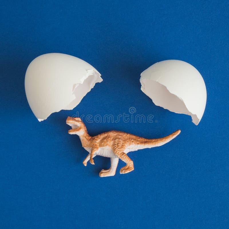 Dinosauro che cova dall'estratto dell'uovo fotografia stock libera da diritti