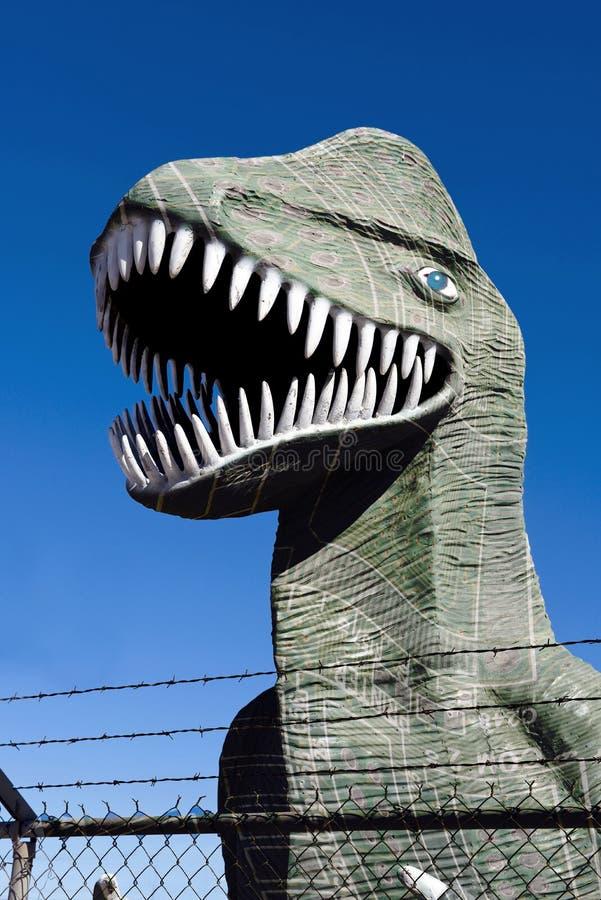 Dinosauro dietro il recinto. immagini stock libere da diritti