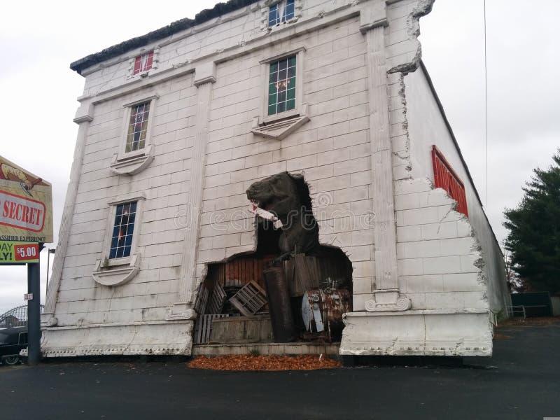 Dinosaurus het breken door muur van omgekeerd Wit Huis royalty-vrije stock foto