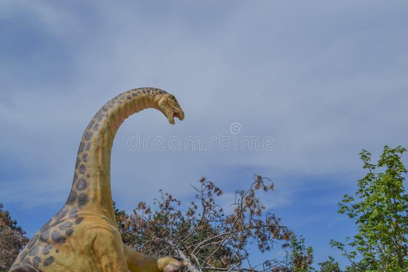 Dinosaurus in het dierentuinpark royalty-vrije stock afbeeldingen