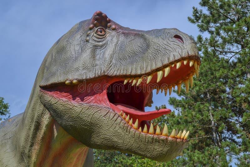 Dinosaurus in het dierentuinpark royalty-vrije stock fotografie