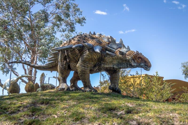 Dinosaurusmodel in Krijtachtig Park van Cal Orcko - Sucre, Bolivië stock afbeelding