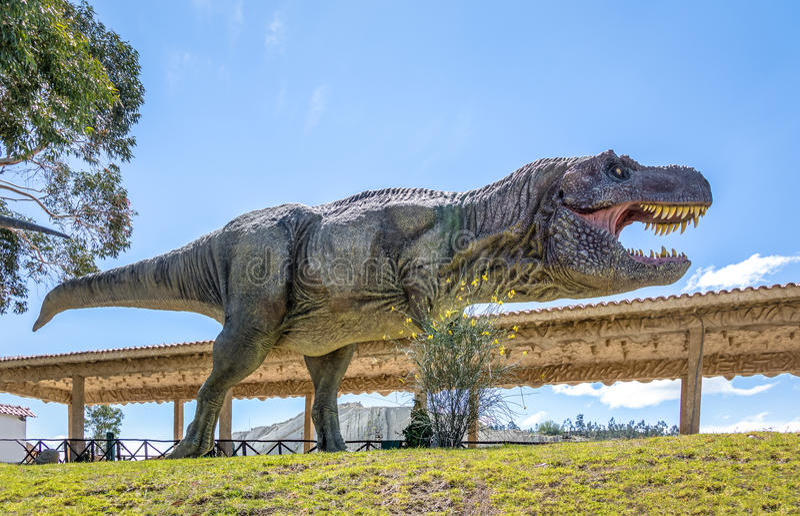 Dinosaurusmodel in Krijtachtig Park van Cal Orcko - Sucre, Bolivië stock foto's