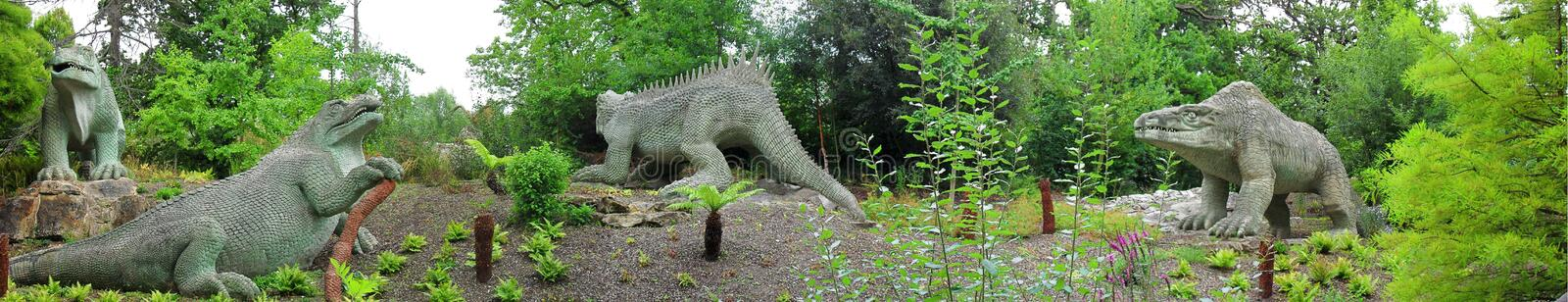 Dinosaurussen Crystal Palace Park London - panorama royalty-vrije stock foto