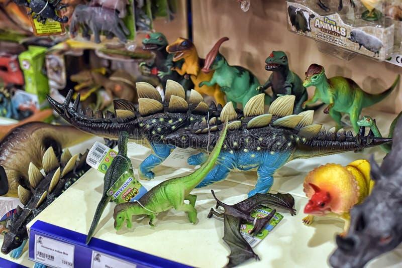 Dinosaurussen in de het stuk speelgoed van de kinderen opslag stock foto's