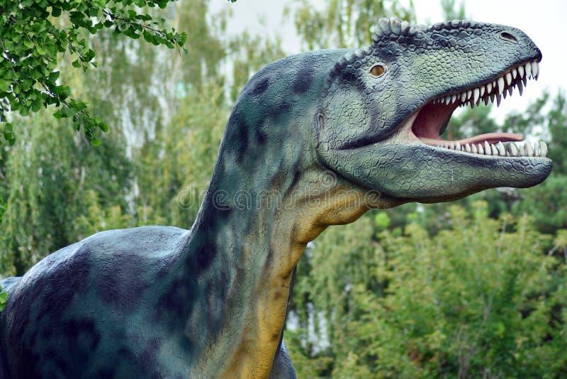 Dinosaurusstandbeeld in het park Faculteit van de Geologie, Universiteit van Warshau stock fotografie