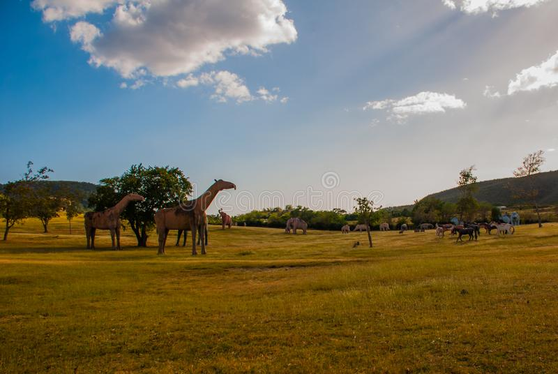 Dinosaurusstandbeelden op het gebied Voorhistorische dierlijke modellen, beeldhouwwerken in de vallei van het nationale Park in B stock fotografie
