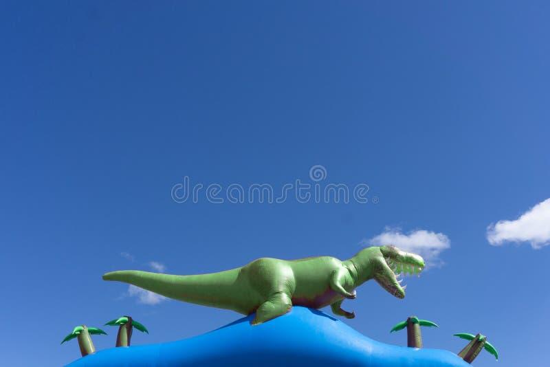 Dinosaury w parku jeziorem zdjęcie royalty free