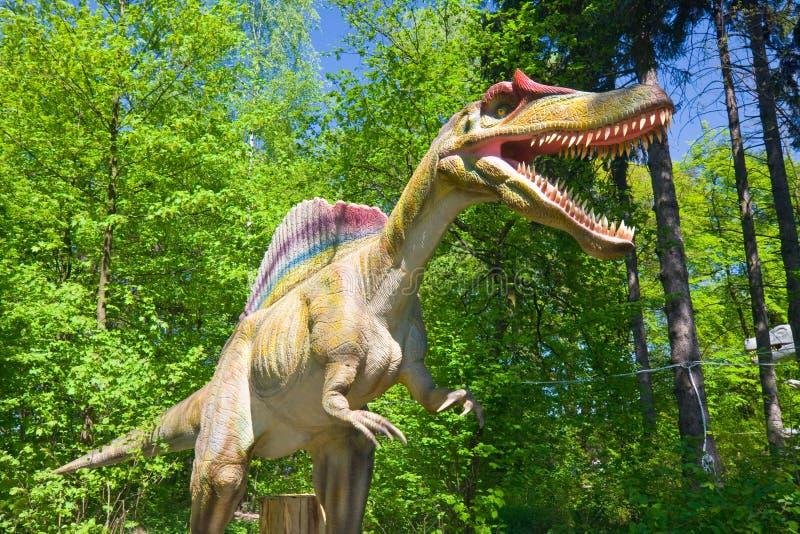 Dinossauro na floresta fotos de stock