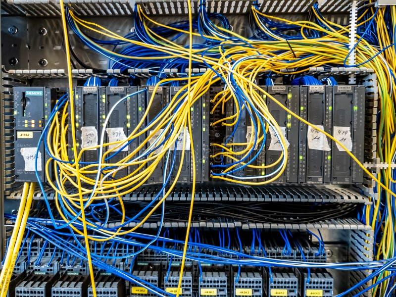 Dinslaken, Alemanha - 19 de setembro de 2018: Controlador programável da lógica para a automatização do industrion que obtém test fotos de stock
