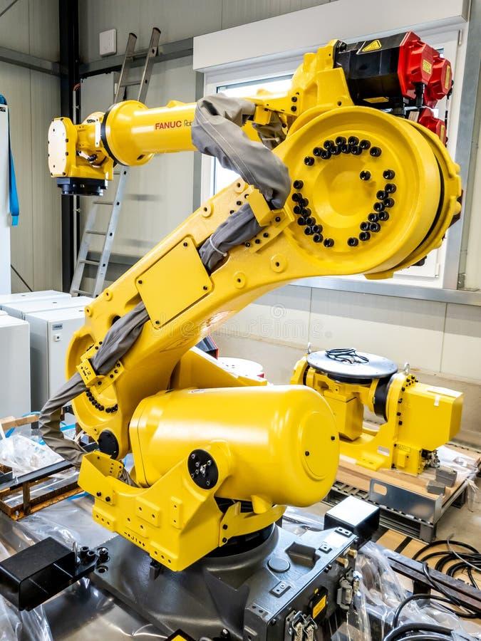 Dinslaken Niemcy, Wrzesień, - 19 2018: Brandnew przemysłowej automatyzacji robot dostaje gotowy dla produkcji obraz stock