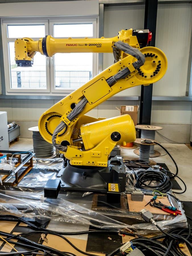 Dinslaken Tyskland - September 19 2018: Splitterny robot för industriell automation som får klar för produktion arkivfoton
